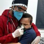 Morre rapaz com síndrome de Down fotografado em abraço com enfermeiro